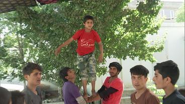 Afghanische Jungen proben artistische Zirkusnummer