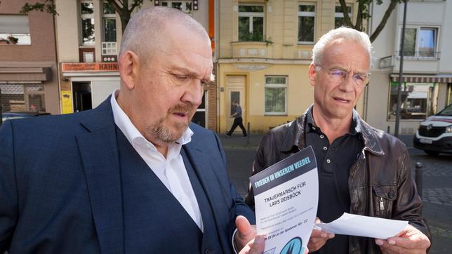 """Max Ballauf (Klaus J. Behrendt, r) und Freddy Schenk (Dietmar Bär, l) lesen, was auf den Flugblättern der """"Wacht am Rhein"""" steht."""