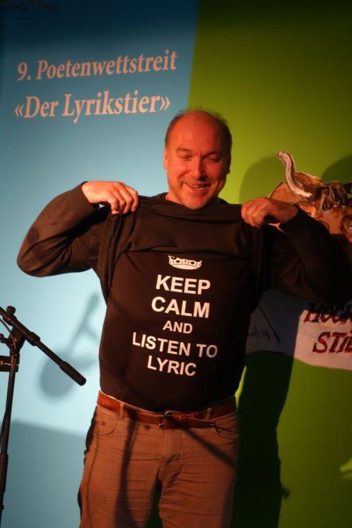 Martin Ebner mit T-Shirt zum Lyrikstier 2017. Foto: DAS GEDICHT