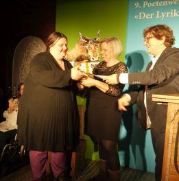 Leni Gwinner nimmt den Publikumspreis (3. Platz) entgegen. Foto: Michèle Kirner-Bernoulli