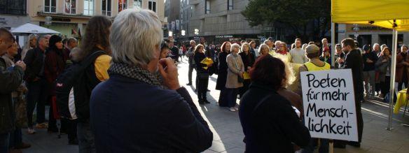 Aufmerksam lauschen die Zuhörer Christophe Fricker. Foto: Jan-Eike Hornauer