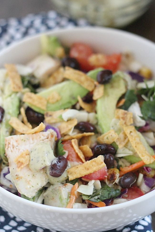 Quick and easy Southwest Chopped Salad with the help of Earthbound Farm salad mix and dressing, plus blackened chicken, corn and creamy avocado. YUM! via @DashOfEvans