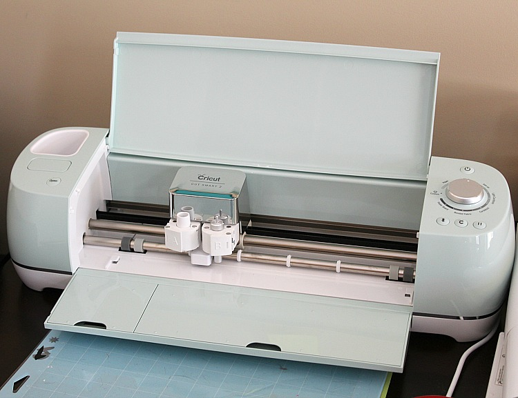 The Cricut Air Explore 2 makes the perfect gift for the crafter in your life! via @DashOfEvans