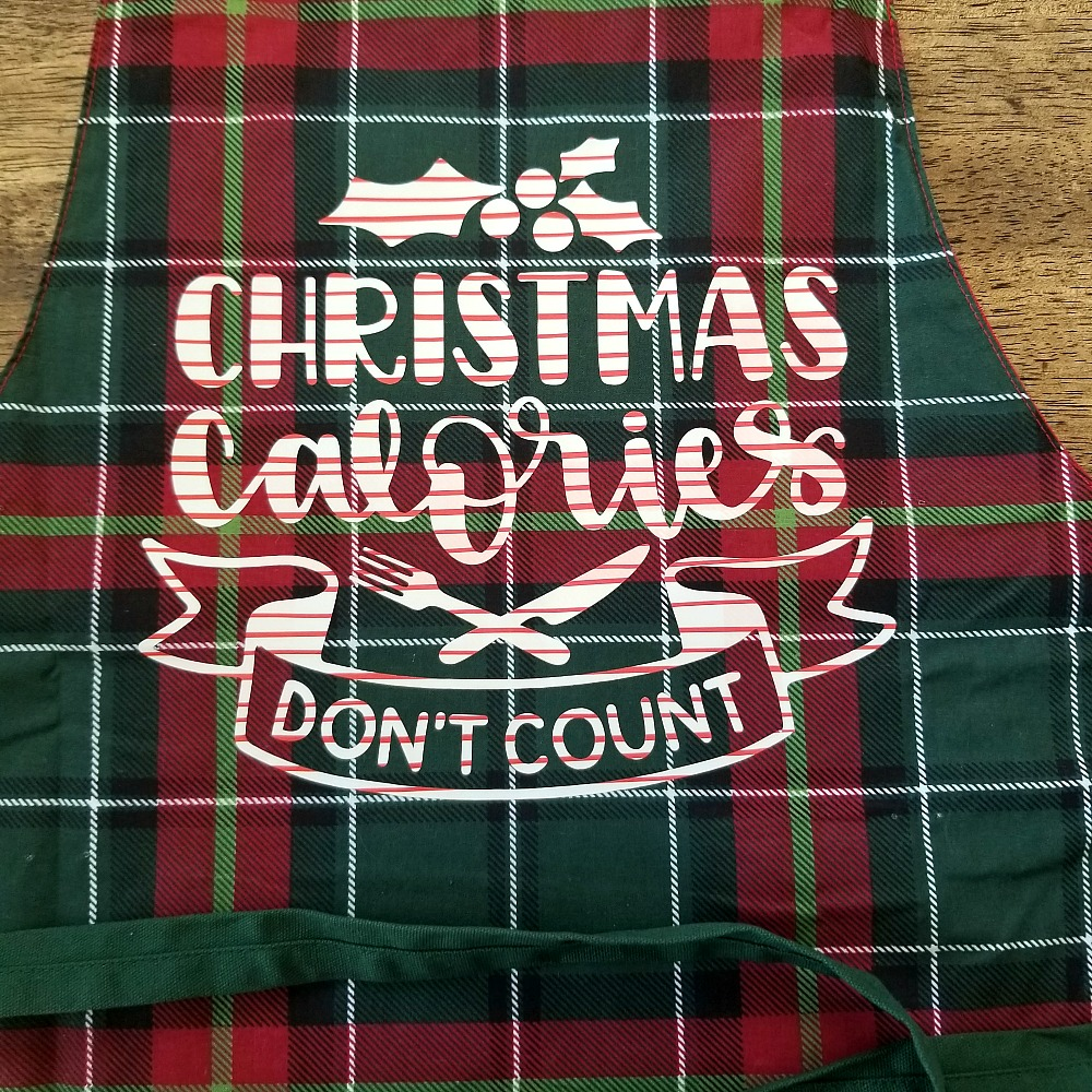 Easy holiday apron using your Cricut! This makes a great holiday gift for your favorite chef! via @DashOfEvans