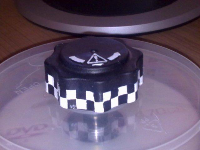 fertiger Ausgleichbehälterdeckel mit Schachbrettmuster