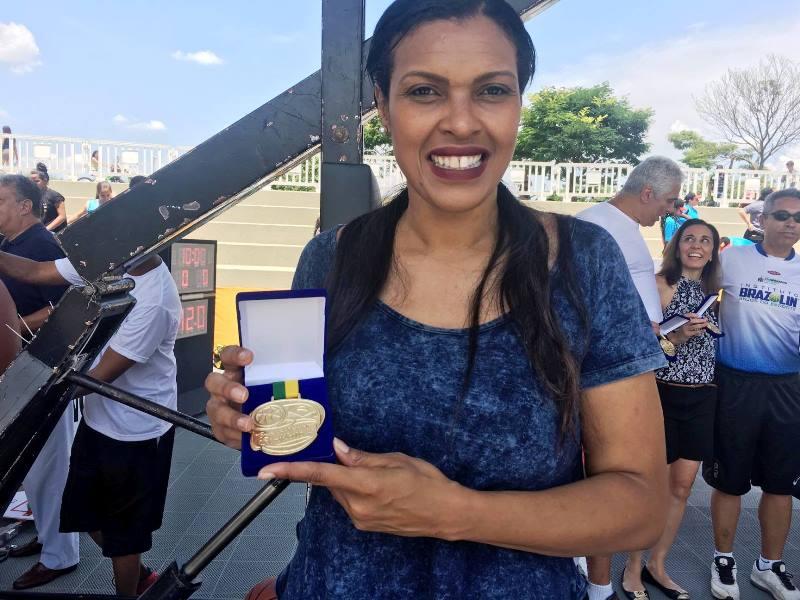 Kelly Santos com a medalha entregue pela CBB / Foto: Kiko Ross/ASE