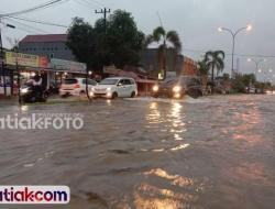 Padang Direndam Banjir, Akses Warga Terganggu