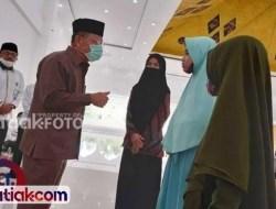 Ali Mukhni Salurkan Beasiswa Hafiz di Padangpariaman
