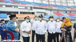 Gubernur Sumbar Irwan Prayitno dan Rektor UNP, Prof Ganefri, bersama jajarannya meninjau perkembangan pembangunan Stadion Utama Sumbar. dalam kesempatan tersebut, Ganefri turut mengemukakan keinginannya untuk bisa mendapatkan sebagian kecil tanah Stadion Utama Sumbar, guna pengembangan FIK UNP di sana. (Foto: Humas)