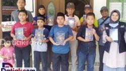 Wali Nagari Parit Malintang didampingi Wali Korong Padang Baru serta perwakilan ACT dan MRI bersama anak-anak yang rutin belajar mengaji di Surau Al Mu'min memegang Al Quran baru yang diberikan ACT dan MRI. (Foto: Istimewa)