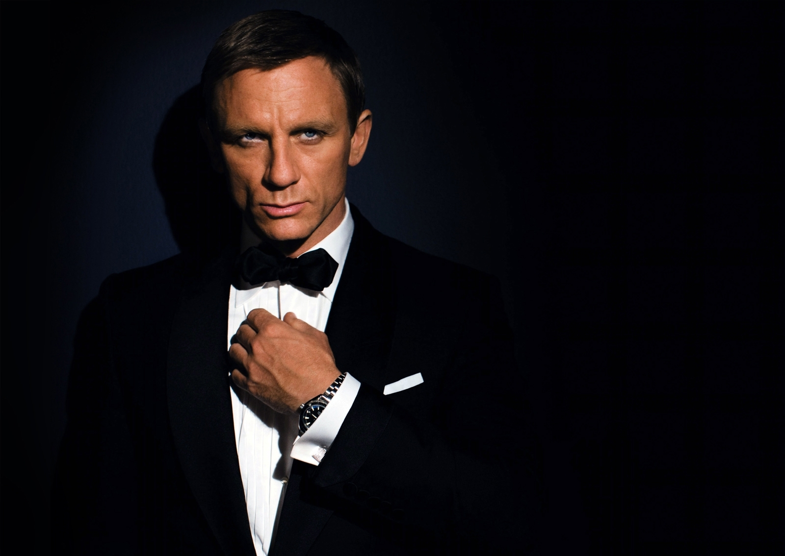 James Bond - How to act around women: What would a cool guy do?