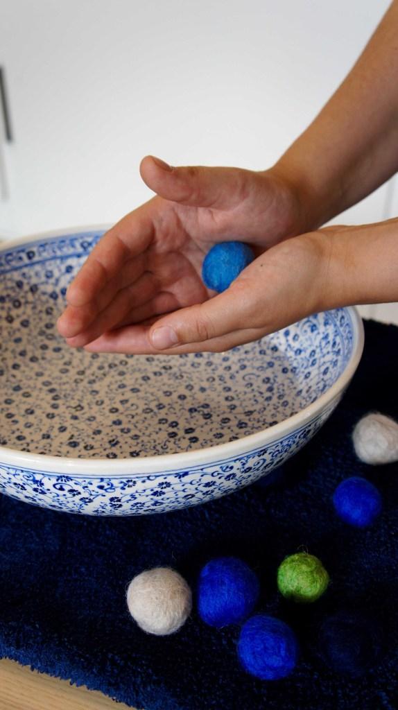 Filzkugeln zwischen den Händen rollen