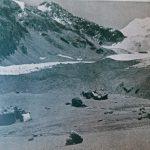 Campamento Plaza de Mulas Desde la izquierda, rocas de la cocina con carpa. Hacia el centro, carpa dormitorio. Más atrás el glaciar Horcones, parcialmente cubierto por morrena. Al fondo a la izquierda la ladera del cerro Catedral, a la derecha campos de hielo del cerro Cuerno. Foto de Lottar Herold