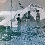 Izamiento del banderín traído desde el Aconcagua en el campamento Plaza de Mulas. Al fondo el cerro Cuerno. Foto de Lottar Herold
