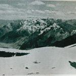 Vista desde la cumbre del cerro Catedral hacia el Sur al cerro de los Dedos, cerro Tolosa y (derecha, abajo) al grupo Juncal. A la izquierda se eleva el Aconcagua desde el valle de Horcones. Foto de Lottar Herold