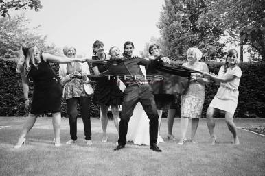 Bruidegom met bruidsmeisjes