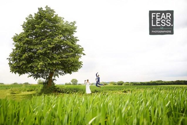 springende bruidegom onder boom