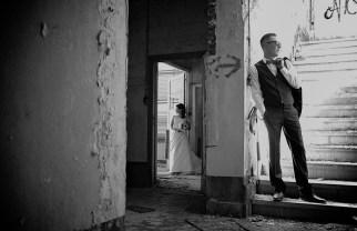 Huwelijksfotograaf verlaten gebouw