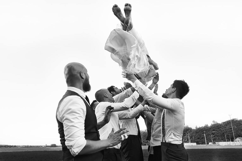 Bruid in lucht gooien