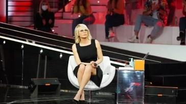 Amici 2021, settima puntata Serale minuto per minuto – Giordana Angi e Loredana Bertè cantano il nuovo singolo «Tuttapposto»