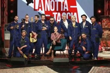 La Nottataccia: una banda mascherata da Carlo Conti occupa la Rai nella serie originale Rai Play
