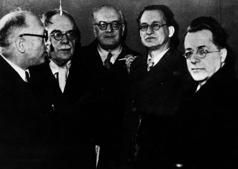 1945/1946 da sinistra NENNI, RUINI, VERNOCCHI,DE GASPERI e TOGLIATTI ©Publifoto/Gruppo Olycom