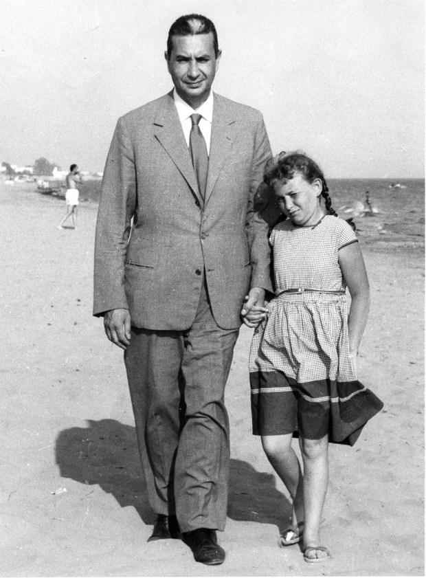 Aldo Moro e la figlia Agnese in spiaggia