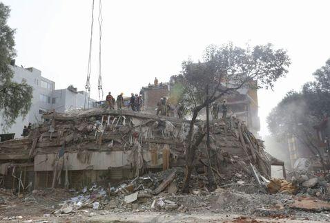 Suman 366 muertos tras sismo de 7.1