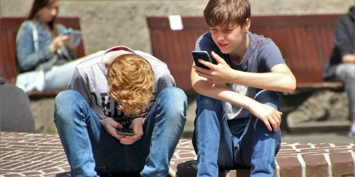 Chifres crescendo em jovens devido ao uso do celular