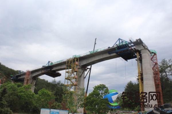 興泉鐵路琴江特大橋32m+48m+32m連續梁成功合龍