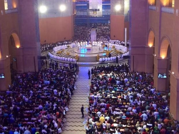 Dia da Padroeira: Católicos lotam missa no Santuário Nacional de Aparecida, SP
