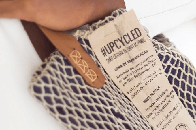 Esta estilista transforma lonas descartadas no mar em roupas