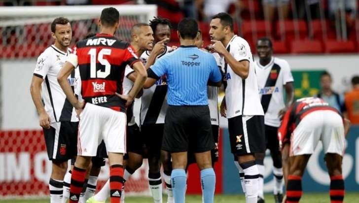 Juiz que errou ao marcar pênalti no clássico Vasco x Flamengo é afastado