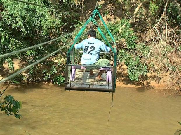 Moradores constroem bondinho para atravessar rio após chuva levar ponte