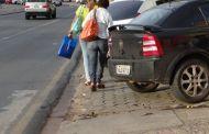 Cuiabá: Na prainha carro na calçada e pedestre na rua