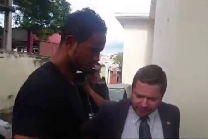 Dois dias após decisão do STF, goleiro Bruno volta à cadeia em MG