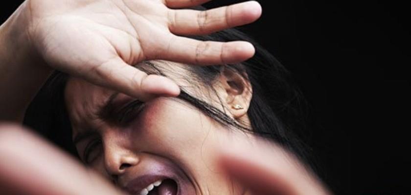 Marido tem crise de ciúme e espanca mulher ao vê-la de cabelo pintado e maquiada: 'afundou a face', diz polícia