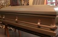 Polícia prende família que levou mulher doente a funerária para esperar morte