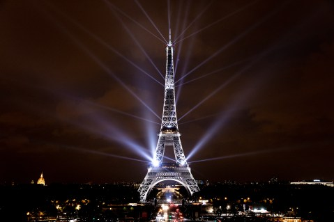 EIFFEL-TOWER-DRESSED-IN-JAPANESE-LIGHTS-Paris_6