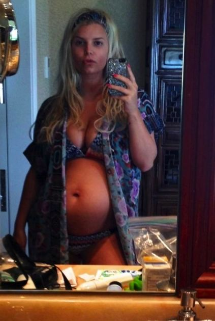 Jessica Simpson Shows Off Baby Bump