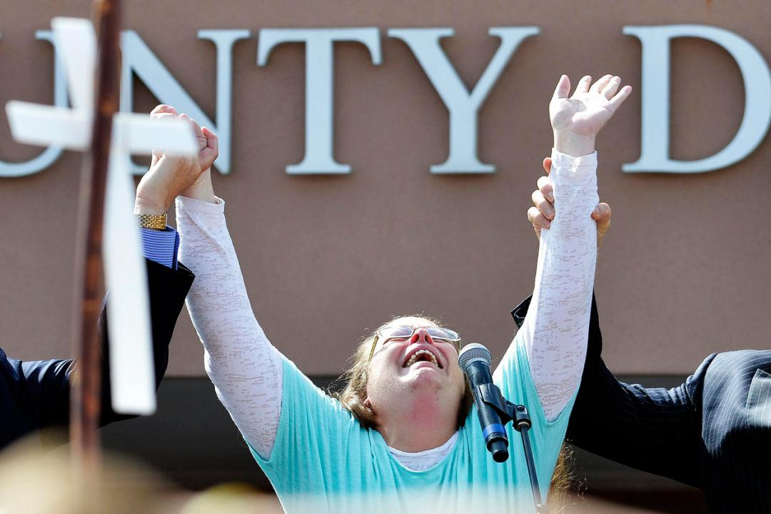Oath Keepers Kim Davis: right-wing group will protect the anti-gay marriage cleck