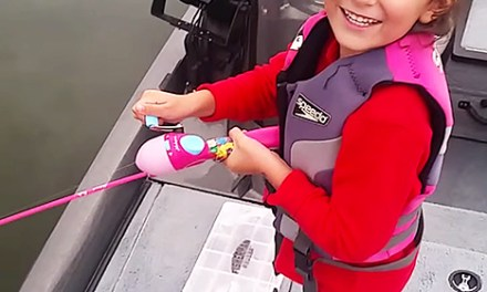 "bass barbie pole: Little Girl Reels in Massive Bass  ""I can't get it"" (VIDEO)"