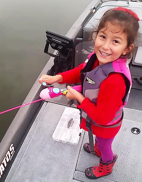 "bass barbie pole: Little Girl Reels in Massive Bass  ""I can't get it"" (VIDEO)"