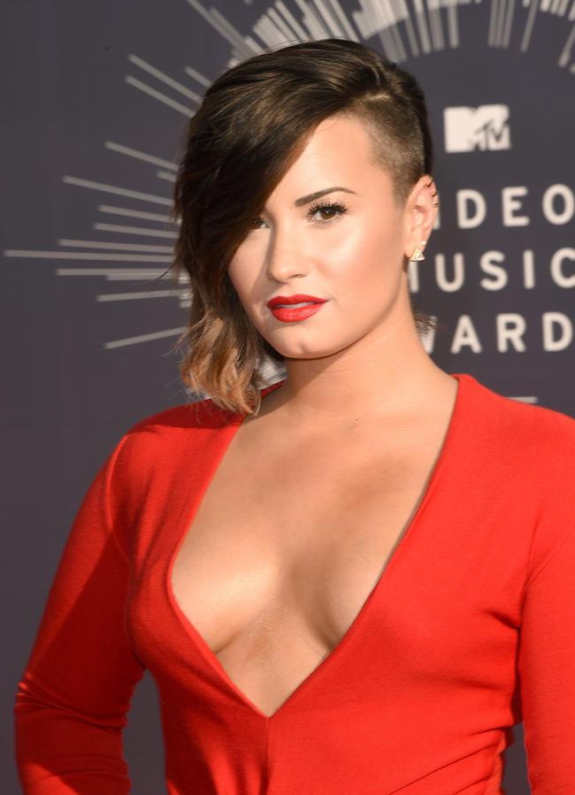 Lovato No-Makeup Gym Selfie