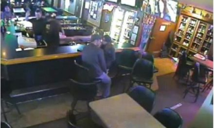 Couple kissing during armed robbery (VIDEO)