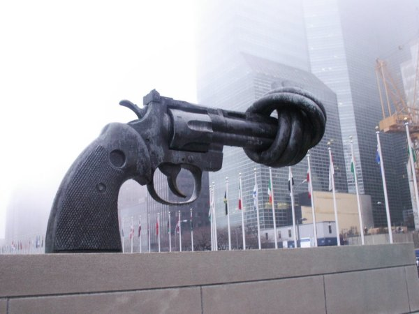 un headquarters new york gun statue