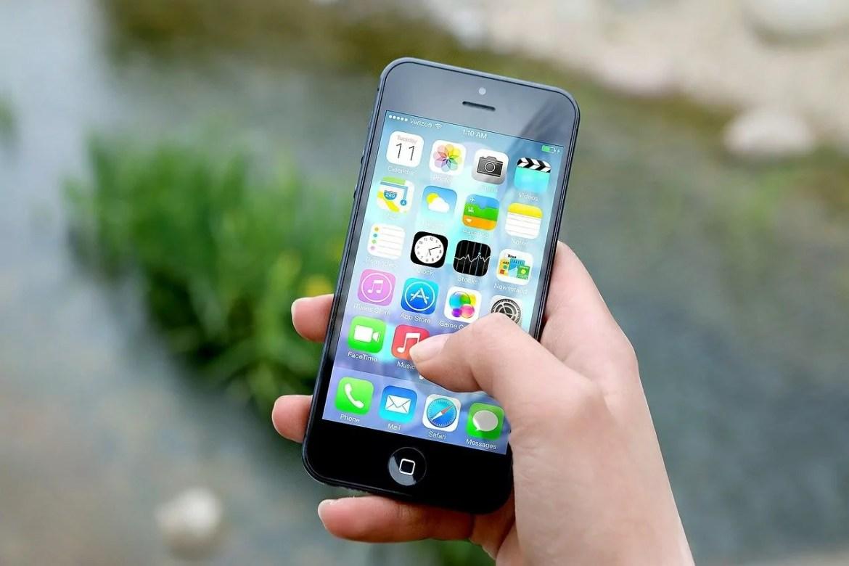 Foto mostra mão mexendo no celular