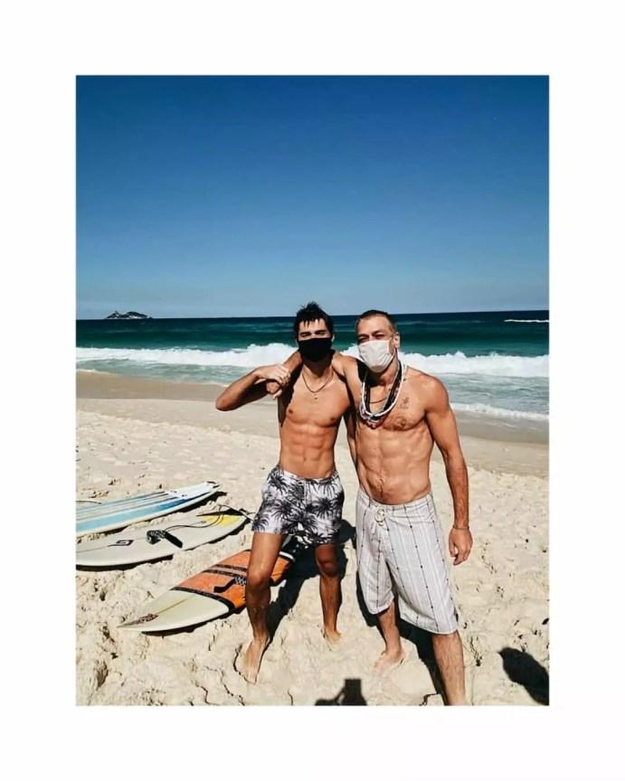 Fábio Assunção exibe corpo sarado em dia de praia