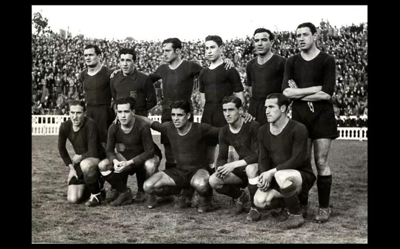 Imagem mostra a equipe do Barcelona em 1939, no campo de jogo