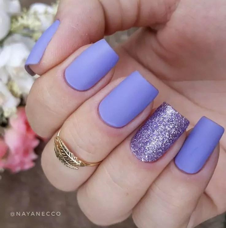 Unhas lilás com glitter